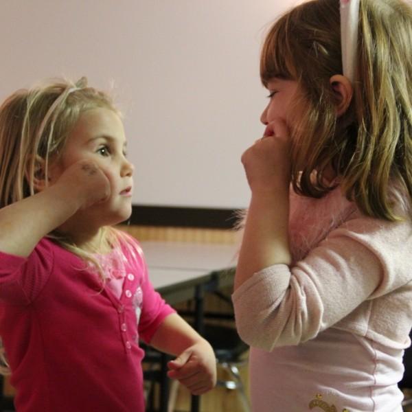 Girls_learning_sign_language